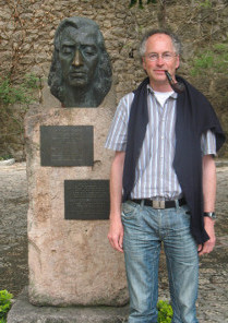 William Cuthbertson neben der Büste von Chopin in Valldemossa, Mallorca